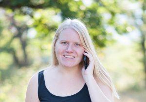 Lisa Kuchenmeister am Telefon